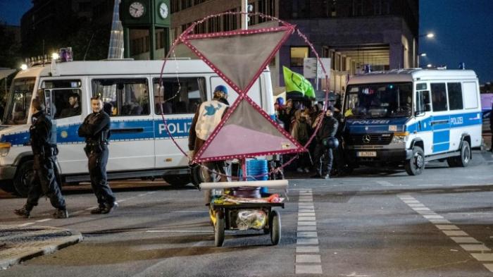 Klimaschutzaktivisten von der Polizei weggetragen