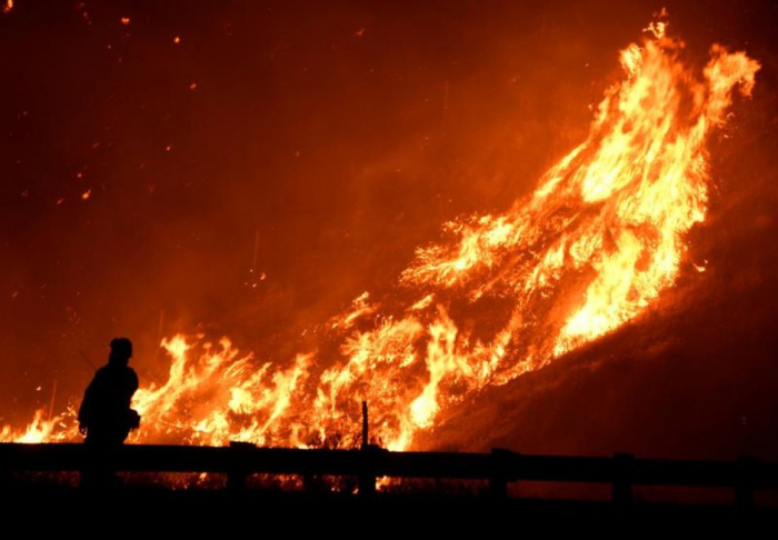 Californie :   de violents incendies provoquent des milliers d