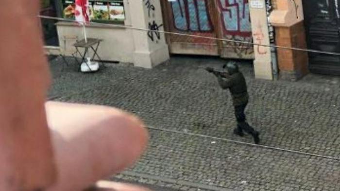 Schützen in Kampfmontur töten zwei Menschen