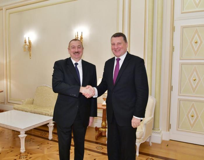 Presidente Ilham Aliyev recibe al ex presidente de Letonia