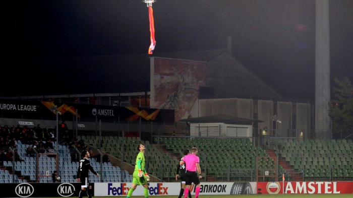 Drohne mit Armenienflagge fliegt über Spieler, Qarabag-Fans stürmen das Feld