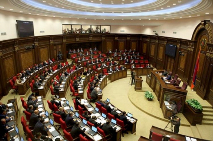 Ermənistanda növbəti siyasi qalmaqal - Deputatlardan istefa tələbi