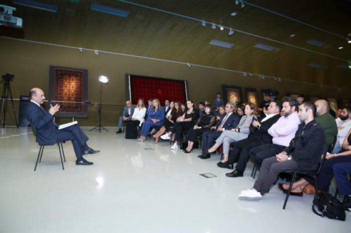 Əbülfəs Qarayev yaradıcı adamlarla görüşüb