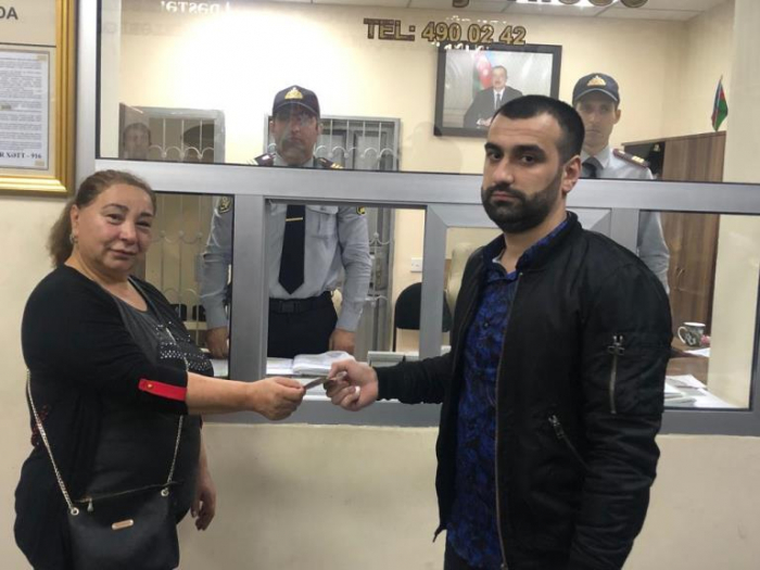 Metroda tapdığı 400 manatı sahibinə qaytardı - FOTO
