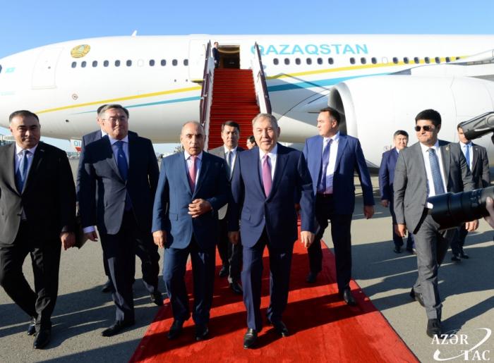 Le premier président kazakh Noursoultan Nazarbaïev est arrivé en Azerbaïdjan