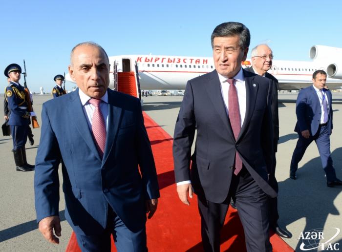 Le président kirghiz Sooronbay Jeenbekov arrive en Azerbaïdjan