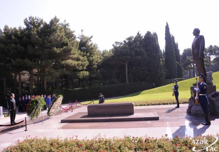 Presidente de la Asamblea Nacional de la República de Corea visita la tumba del líder nacional Heydar Aliyev y el Callejón de los Mártires