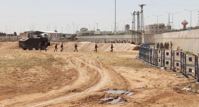 """عالق بين الحدود... أمريكي متهم بانتمائه لـ """"داعش"""" يرفض الجميع استقباله"""