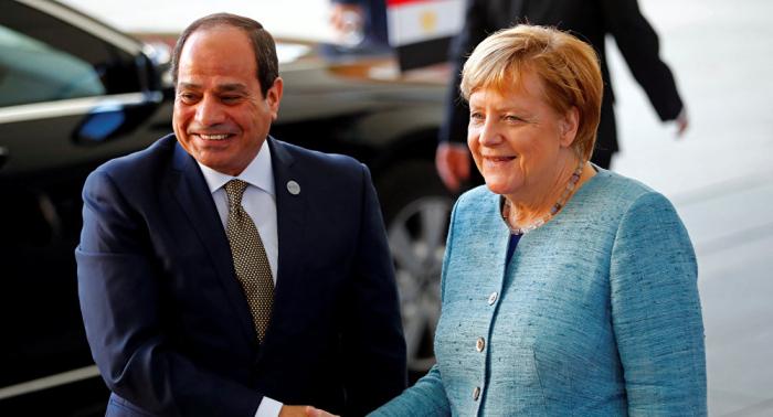 السيسي وميركل يبحثان هاتفيا تطورات القضية الليبية