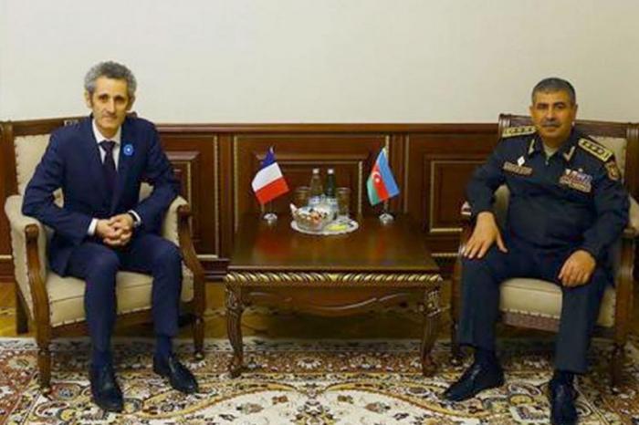 Aserbaidschanischer Verteidigungsminister trifft sich mit dem neuen französischen Botschafter