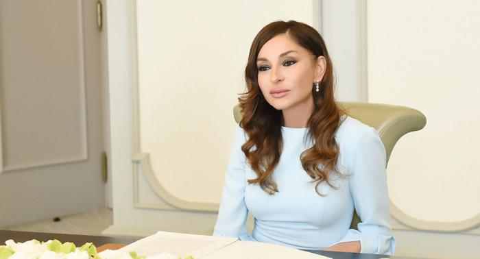 La première vice-présidente Mehriban Aliyeva félicite les travailleurs du pétrole du pays