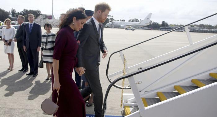 ¿Por qué el príncipe Enrique y Meghan viajan en aviones comerciales?
