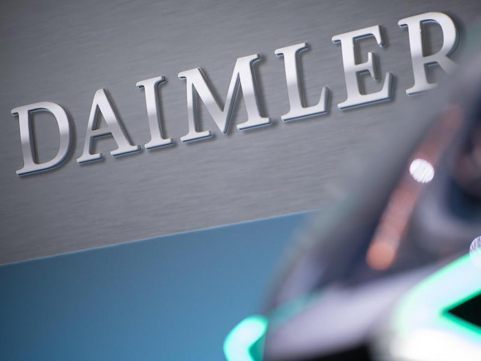 Zeitung - Daimler streicht 1100 Stellen von Führungskräften