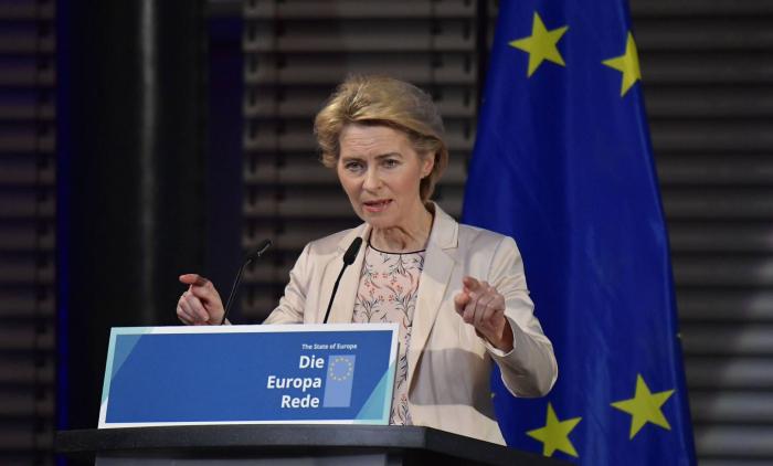 Von der Leyen marca distancia con Macron y reivindica el papel de la OTAN a 30 años de la caída del Muro
