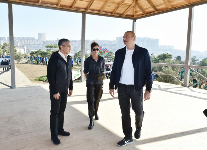 Presidente Ilham Aliyev y primera dama Mehriban Aliyeva asistieron a una campaña de plantación de árboles