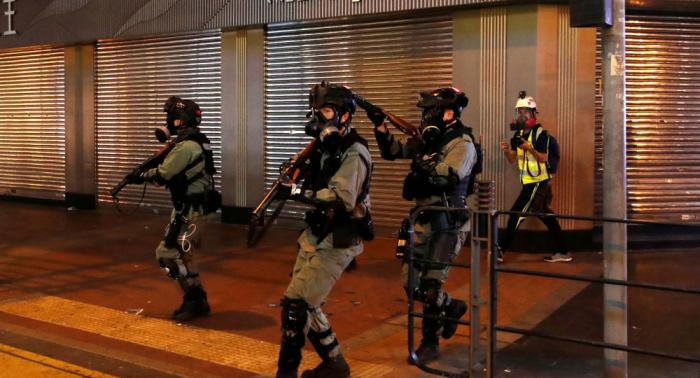 Policía hongkonesa dispara balas reales dejando gravemente herido a un manifestante