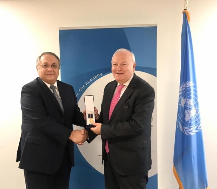 Alto Representante de UNAOC recibe la medalla del centenario del servicio diplomático de Azerbaiyán