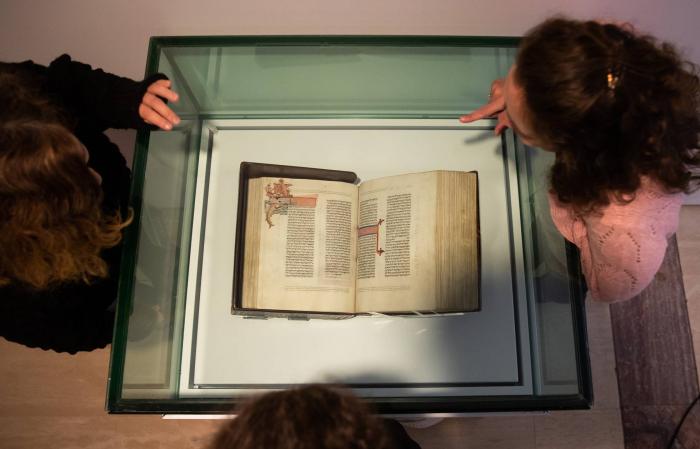 La biblia judía que se salvó de los Reyes Católicos vuelve tras 500 años