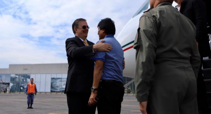 Evo Morales llega asilado a México con el puño en alto
