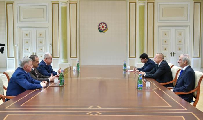 Presidente Ilham Aliyev recibe a los oficiales de Rusia