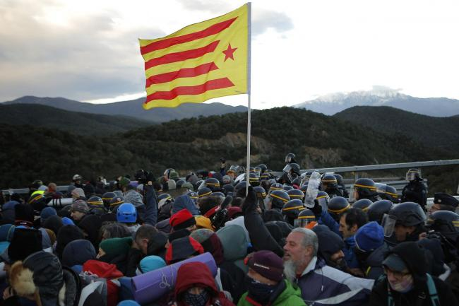 Police face off against protesters on France-Spain border-  NO COMMENT