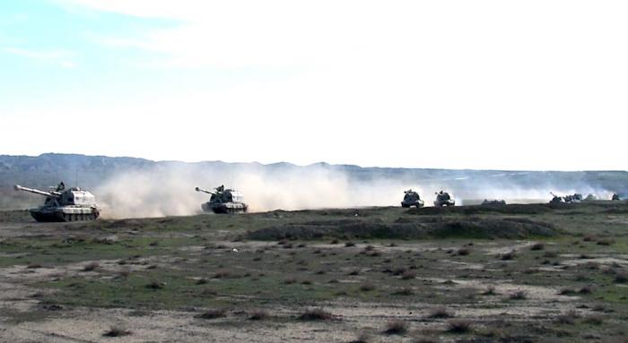 Raketen- und Artillerie-Truppen erfüllen Aufgaben während der Einsatzübungen -  VIDEO