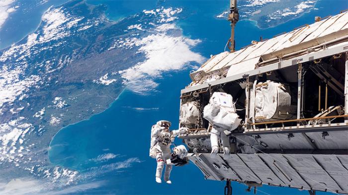 Los astronautas de la EEI salen al espacio abierto