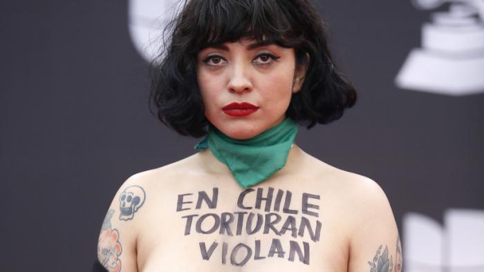 La cantante Mon Laferte muestra sus pechos en los Grammy Latinos para protestar contra la violencia en Chile
