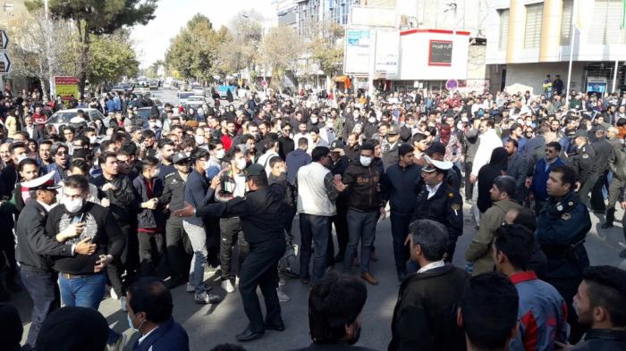 İranda yüzlərlə insan benzinin bahalaşmasına etiraz etdi