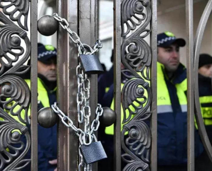 Gürcüstan müxalifəti parlamentin giriş-çıxış qapılarını bağlayıb - Yenilənib