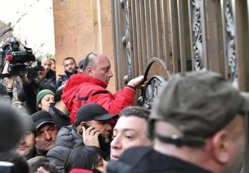 ABŞ və Aİ Tbilisidəki etirazçıları dəstəklədi