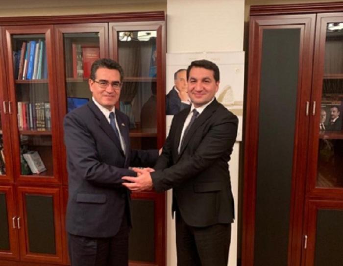 Hikmat Hajiyev mantiene conversaciones con el embajador colombiano
