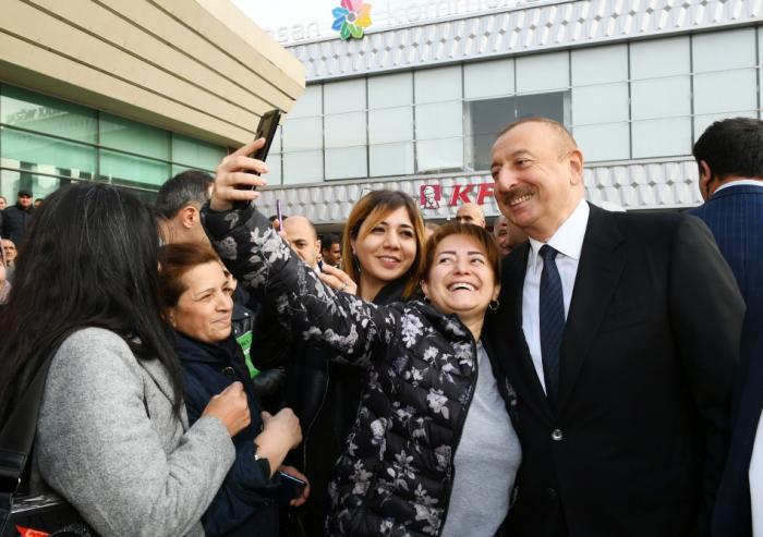 İlham Əliyev Bakıda sakinlərlə görüşdü - FOTOLAR
