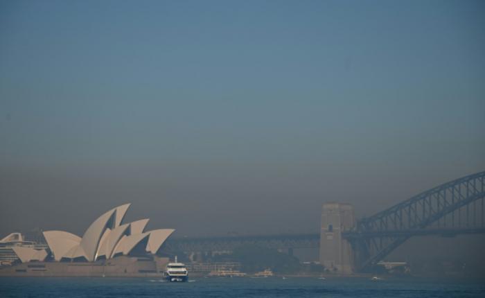 Smoke haze blankets Sydney as bushfire threat rises