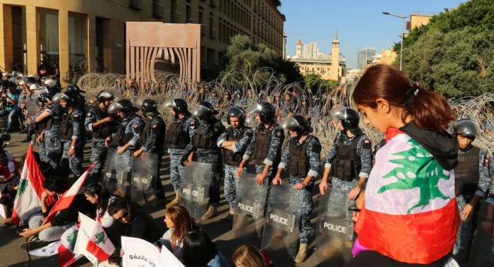 Manifestantes bloquean las entradas a la sede del Parlamento libanés