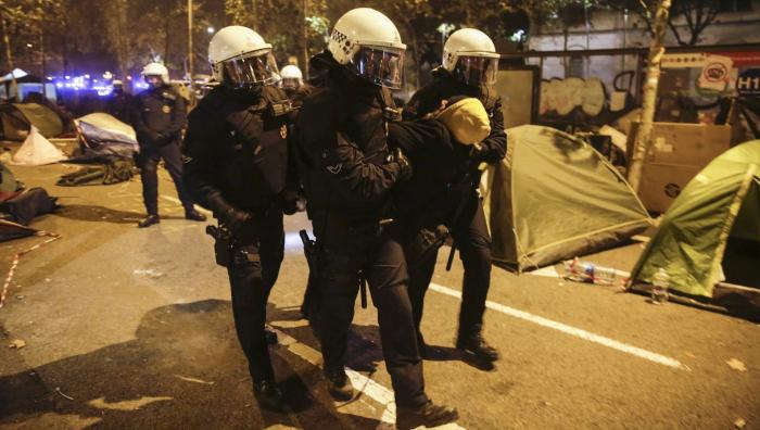 Al menos dos detenidos en el desalojo de la acampada de plaza Universitat de Barcelona