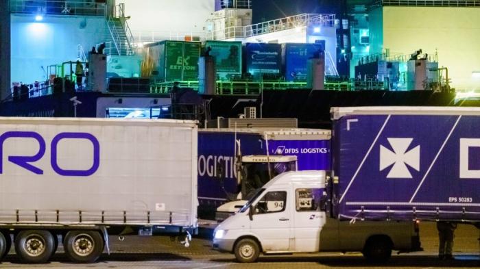 25 Migranten aus Kühlcontainer auf Fähre Richtung England befreit