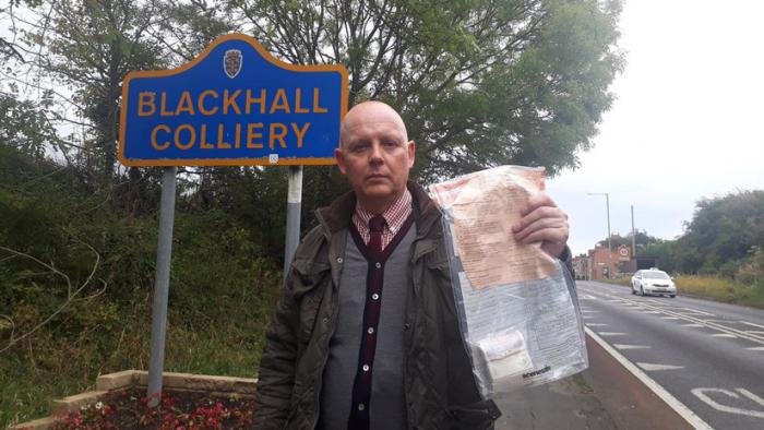 Residentes de una aldea británica llevan 5 años hallando paquetes de dinero en las calles y nadie sabe por qué