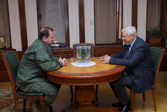 Andrzej Kasprzyk discute du Karabagh avecle ministre arménien de la Défense