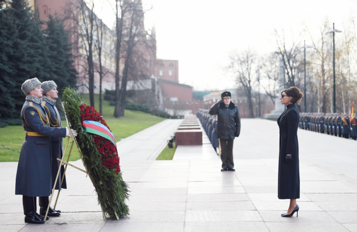 Mehriban Aliyeva besucht das Grab des unbekannten Soldaten in Moskau