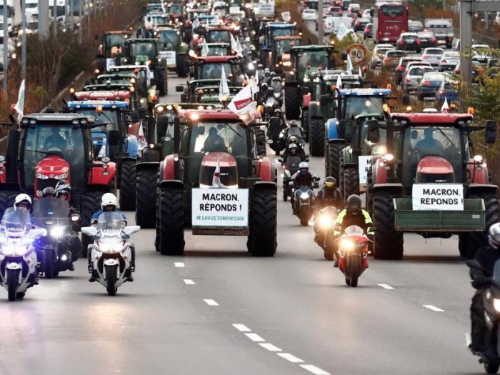 One thousand tractors roll into Paris for farmer protest