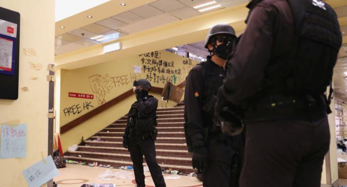 Policía hongkonesa retira más de 4.000 bombas incendiarias del campus universitario