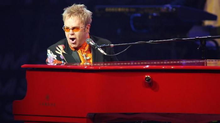 Elton John trug Windel bei Auftritt und nässte ein