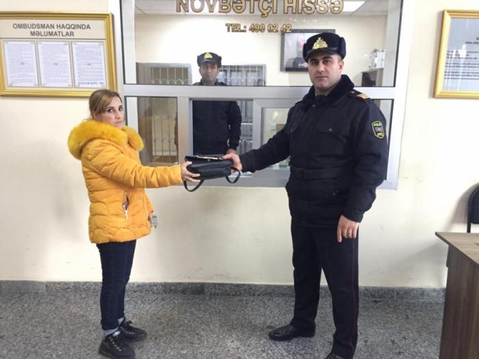 Polis metroda itirilən çantanı sahibinə qaytardı
