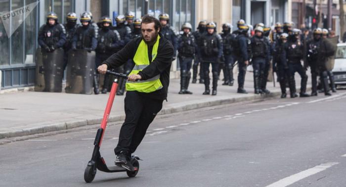 """وزير الداخلية الفرنسي يلقي اللوم في الاحتجاجات على """"بلطجية وأشقياء"""""""