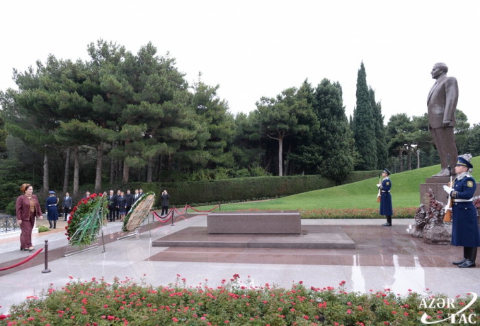 Turkmen Parliament chairperson pays respect to national leader Heydar Aliyev and Azerbaijani martyrs
