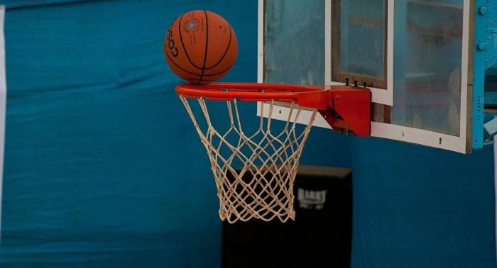 """طالب يربح """"دراسة مجانية"""" بعد رمية ثلاثية في كرة السلة"""