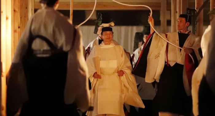 إمبراطور اليابان يقضي الليل مع إلهة الشمس بتكلفة 25 مليون دولار