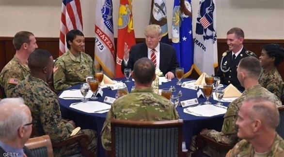 ترامب يعفو عن ضباط متهمين بجرائم حرب