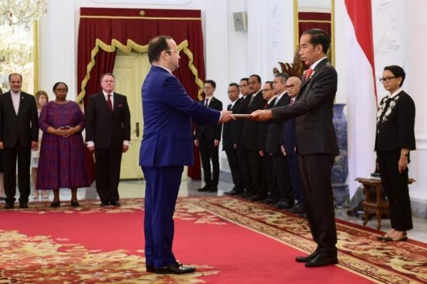 Embajador de Azerbaiyán en Indonesia presentasus cartas credenciales al presidente indonesio